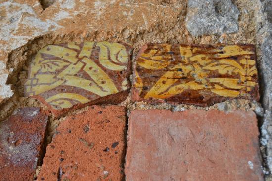 Chateauneuf, Francia: Détail des anciennes dalles sous le carrelage