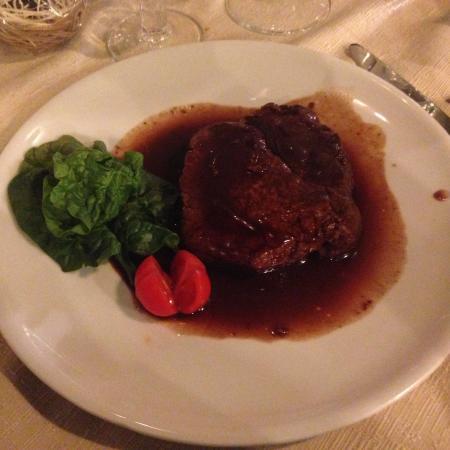 Trevi, Italia: Filetto cotto al vino rosso, eccezionale!