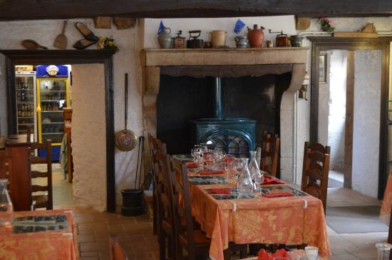 Chateauneuf, Frankrike: La salle du restaurant vue des tables près des fenêtres