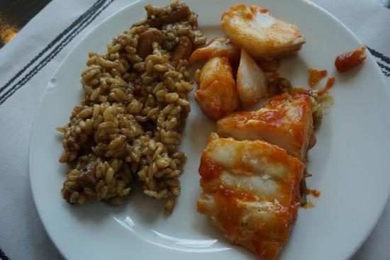 Buffet La Riera: Algo de paella de sólo sepia y un trozo de pescado salseado.
