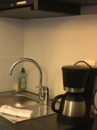 Cuisinette, avec micro-onde, frigo, cafetière et lave-vaisselle