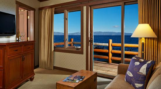 Sunnyside Restaurant and Lodge: Lakefront Suite with one Queen Bed & Sofa Pull-out