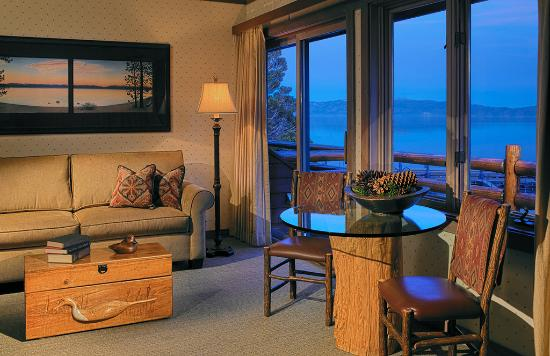 Sunnyside Restaurant and Lodge : Large Lakefront Suite with One Queen Bed & Sofa Pull Out