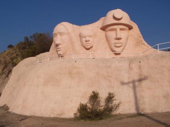 Machali, Chile: Momumento Homenaje a La Familia MInera del escultor Germán Ruz