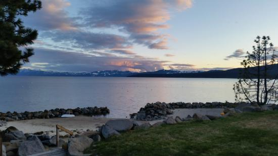 Tahoe Vista, CA: Lakeside view from the hot tub and sunset----not too shabby! :)