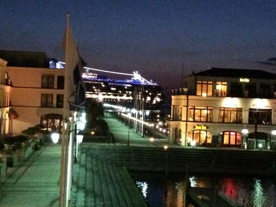 Blick aus skippers cabin mit kreuzfahrtschiff bild von for Hotels in warnemunde mit meerblick