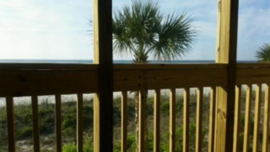 Oceanfront Litchfield Inn: If you want to see the beach, you will have to stand up.. :(