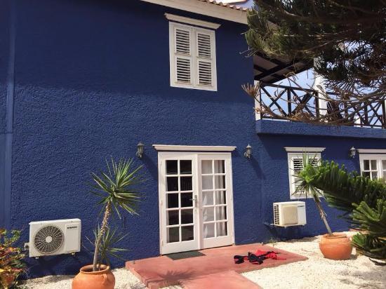 Blachi Koko Apartments Bonaire: Exterior del apartamento, desde el jardín