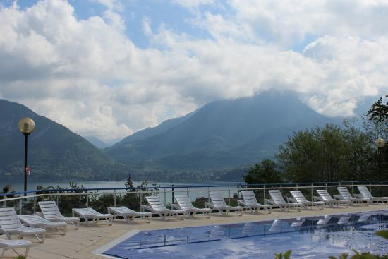 Piscine avec vue sur le lac photo de camping le for Camping lac bourget avec piscine