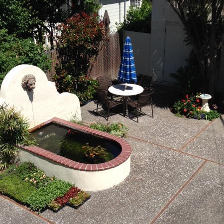 Roman Spa Hot Springs Resort: Lion head fountain patio area