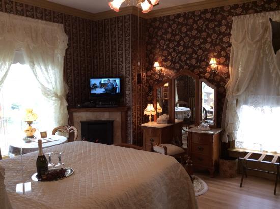 Port City Victorian Inn, Bed and Breakfast, LLC: Queen Anne Bedroom