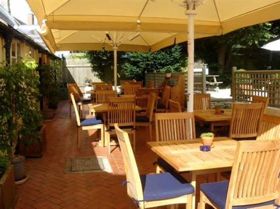 Kirtlington, UK: The Oxford Arms Al Fresco Dining (Garden Patio)