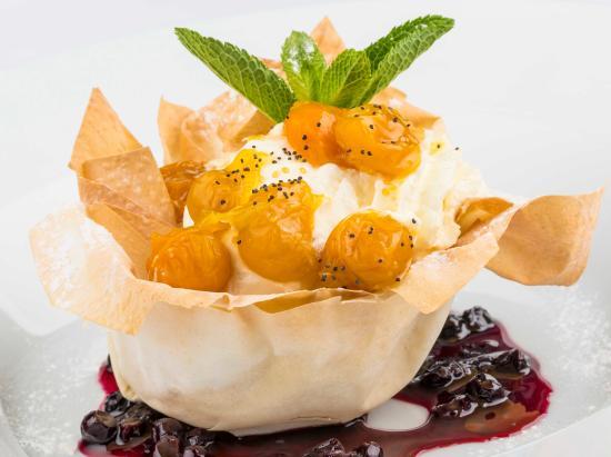 La Provincia: Tulipán de pasta fillo con helado y crema en salsa de mortiño y uchuvas