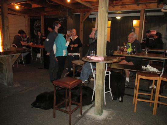 Waihi Beach, New Zealand: Nice outdoor area with heaters