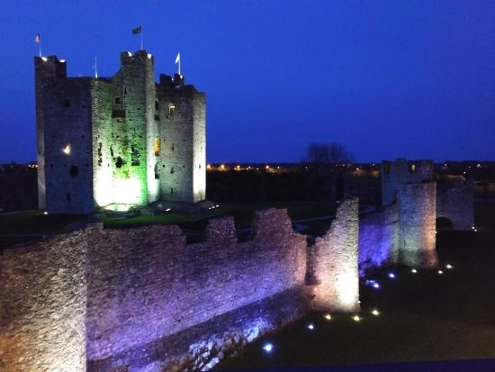 Trim Castle Hotel: Night view from third floor outdoor patio