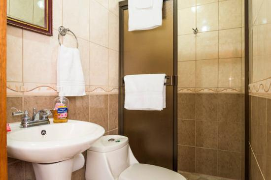 Grecia, Costa Rica: El Nido Shower Room