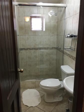 Andenes al Cielo: Modern bathroom.  Great water pressure and plenty of hot water for a long relaxing shower.