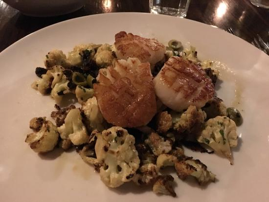 Bloomfield, CT: Awesome scallops over cauliflower, dates and olives