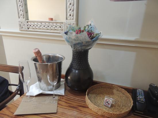 Schulphoek Seafront Guesthouse & Restaurant: Recepção- Flores com champagne