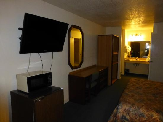 Mt. Whitney Motel : Rooms with flat screen tv, microwave, and refrigerator