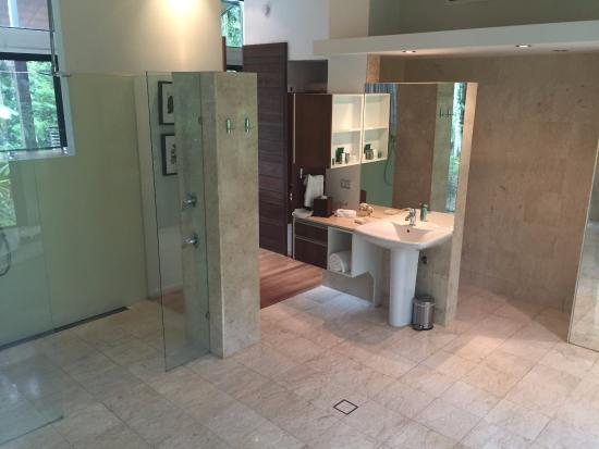 Upper Crystal Creek, Αυστραλία: A lovely, spacious bathroom