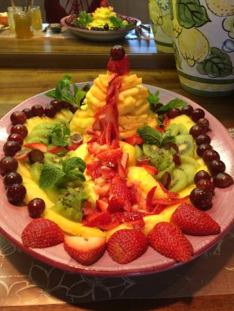 House of Fountains Bed and Breakfast: Fruit Volcano