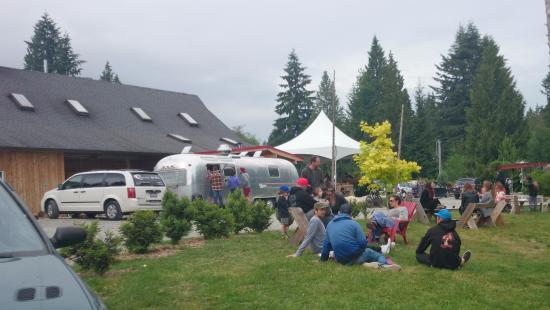 Gibsons, Канада: Casual picnic like atmosphere, welcoming kids and pets.