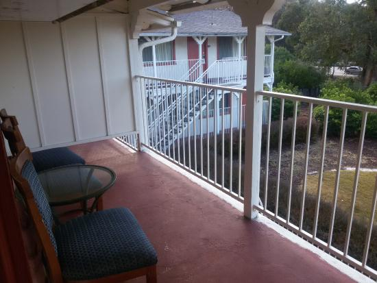 Budget Inn SLO Cal Poly: Балкон с видом на садик