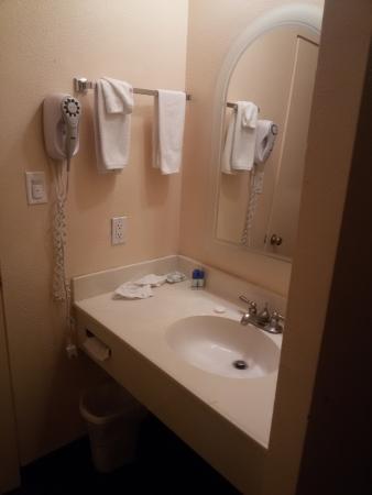 Budget Inn SLO Cal Poly: Раковина в номере (не в ванной комнате)