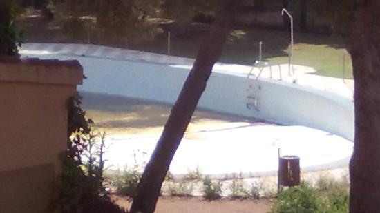 Hotel Restaurante El Cisne: Estado de la piscina, abandono total