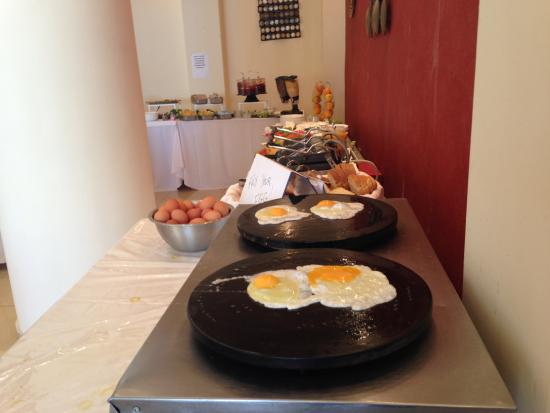 Beach Hotel Kapahi: I FRIED OUR EGGS BY MYSELF !!