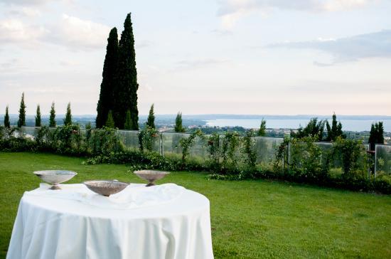 Cavaion Veronese, Italien: giardino esterno con vista lago