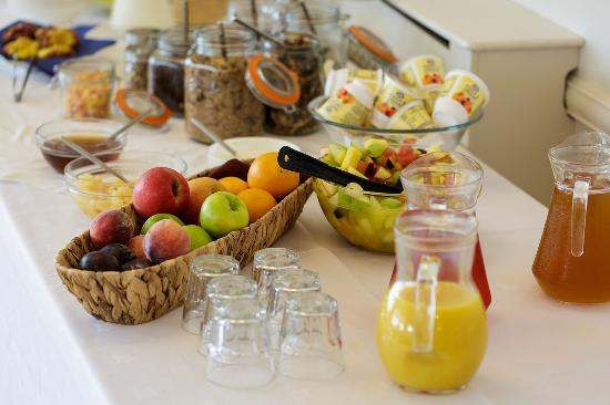 Beaucliffes : Breakfast choices include fruit, yoghurt, toast, pastries and a full Cornish