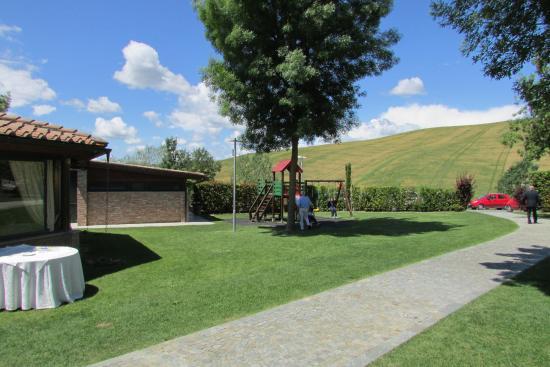 giardino con giochi per bambini - Foto di Ristorante Il Lago, Montaione - TripAdvisor