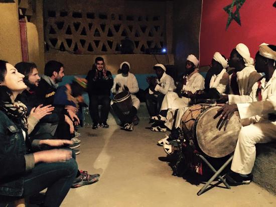 Afraklie aubergue : Sintiendo la música tradicional marroquí a 50 metros del albergue