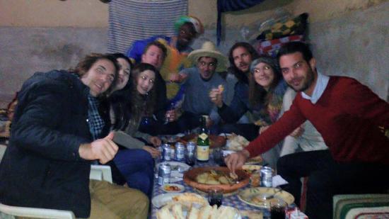 Afraklie aubergue : Cena de grupo con Mustafá