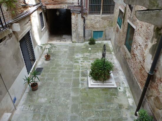 Vue sur cour privée - Picture of Residenza Al Pozzo, Venice ...