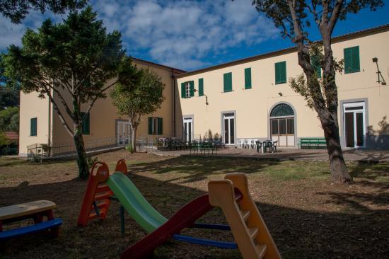 Esterno della casa con giardino giochi per bambini casa san giuseppe cavo isola d 39 elba - Casa con giardino livorno ...