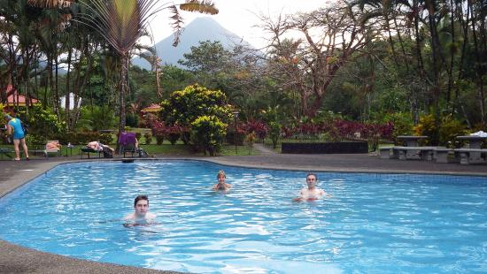Arenal Country Inn: Great view to the volcano from the pool