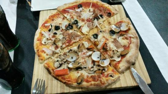 Puerto de Sagunto, Spain: Una de las pizzas... Mitad de un sabor y mitad de otro!