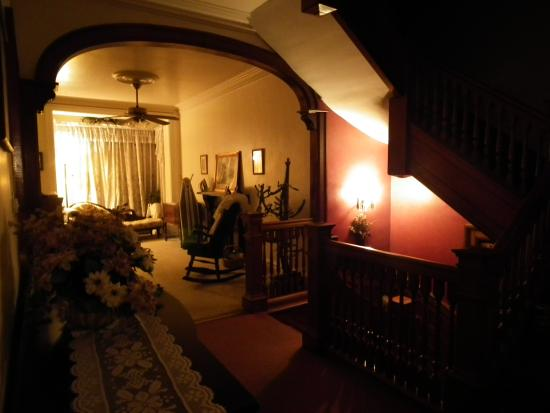Olde Judge Mansion: upstairs hallway