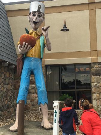 New Market, فيرجينيا: Listening To Johnny Appleseed