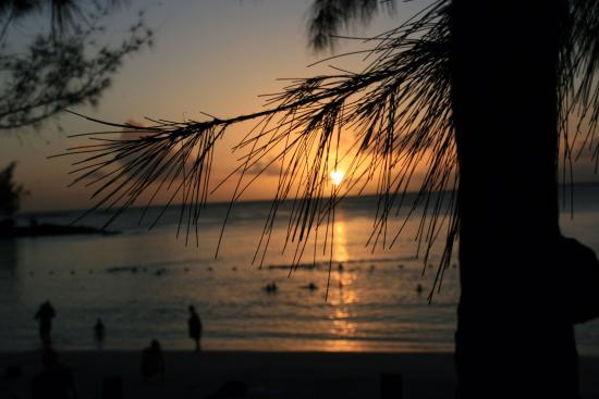Pereybere Hotel & Apartments : Sonnenuntergang Pereybere Beach 2015