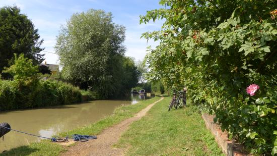 Southam, UK: Lunch on Electric Bikes by the canal