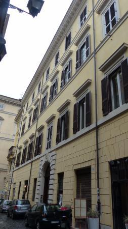 Hotel Le Clarisse al Pantheon: Entrée de l'hôtel par le porche
