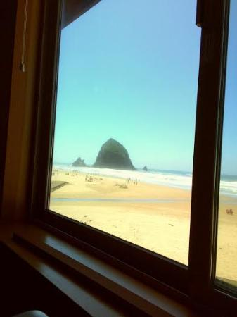 Ecola Inn: Hay Stack Rock from our hotel room