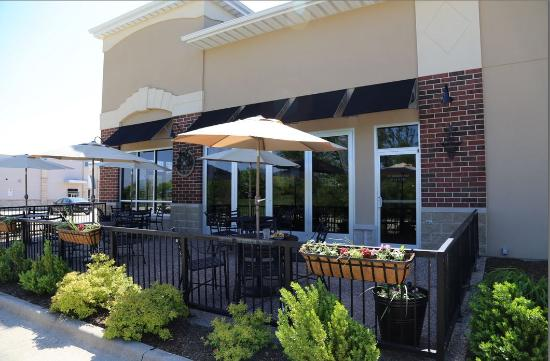Geneseo, إلينوي: Our patio allows our guests to enjoy some outdoor dining and relaxation.