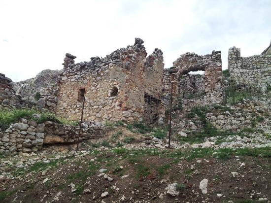 Rasnov, โรมาเนีย: Something gorgeous about ruins. Even the word elicits beautiful imagery.