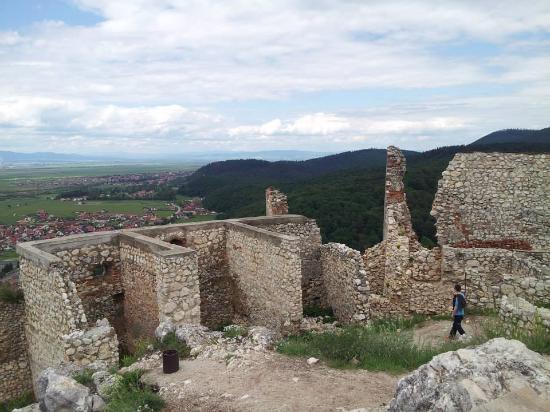 Rasnov, โรมาเนีย: Ruins along citadel outskirts.