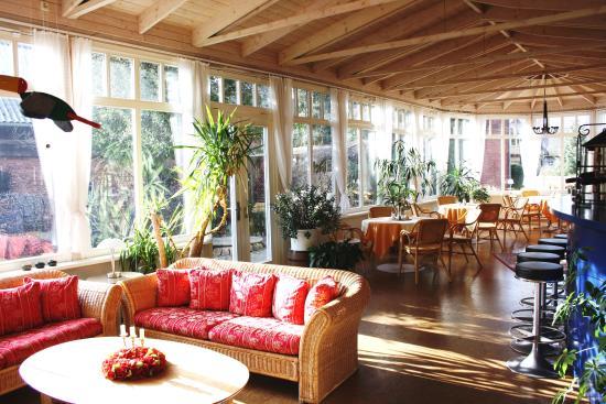 sitzecke im lichtdurchfluteten wintergarten bild von. Black Bedroom Furniture Sets. Home Design Ideas
